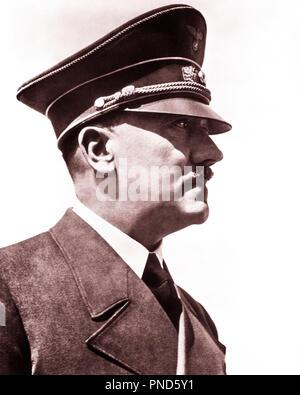 Années 1930 Années 1940 TÊTE DE PROFIL ÉPAULES Adolf Hitler et le chef du parti nazi allemand dictateur - q72074 CPC001 HARS CÉLÈBRE MONSTRE LEADERSHIP-GUERRES SECONDE GUERRE MONDIALE SECONDE GUERRE MONDIALE L'autorité politique de la barbe du dictateur Adolf Adolf infâme de l'holocauste nazi meurtrier tyran fasciste FUHRER GÉNOCIDE MEURTRE PARTI NAZI PSYCHOPATHE PERSONNALITÉS NÉVROTIQUES SUPRÉMACISTE SUICIDE NOIR ET BLANC DE L'ORIGINE ETHNIQUE CAUCASIENNE PERSONNE CÉLÈBRE Old Fashioned Photo Stock