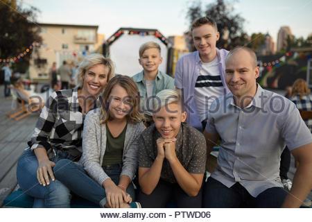 Portrait smiling family au cinéma dans le parc Photo Stock