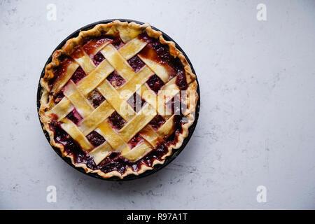 Berry pie avec un treillis décoration sur fond de béton Photo Stock