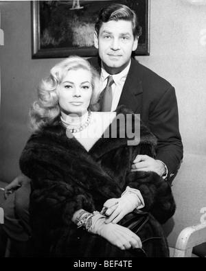 L'actrice suédoise Anita Ekberg avec son poing mari, l'acteur britannique Anthony Steel. Photo Stock