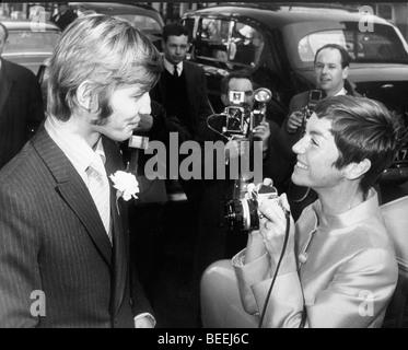 L'acteur Michael York et fiancé Patricia McCallum le jour de leur mariage en 1968. Photo Stock