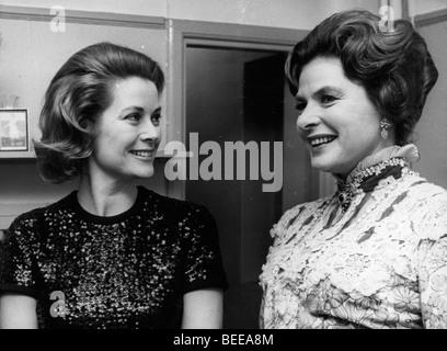 Grace Kelly, princesse de Monaco, à gauche, avec l'actrice Ingrid Bergman. Photo Stock