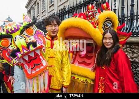 L'Angleterre, Londres, Chinatown, défilé du Nouvel An Chinois, Chinois Dragon et participant au défilé de costumes chinois Photo Stock