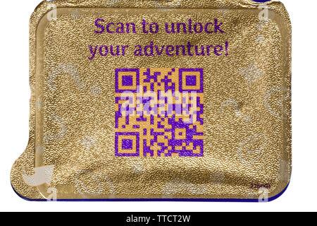 Me scan qr code QR-code réponse rapide balayage des codes pour déverrouiller votre aventure sur l'aluminium à l'intérieur du capot de Cadbury Dairy Milk Freddo Treasures Photo Stock