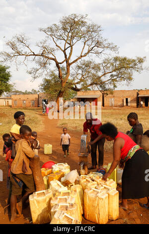 Corvée d'eau dans un village ougandais, l'Ouganda, l'Afrique, Bweyale Photo Stock