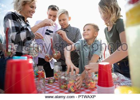 Family enjoying bonbons à carnival booth Photo Stock