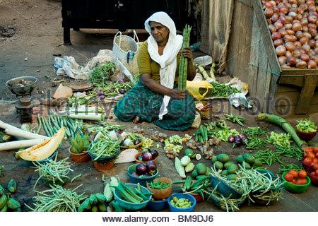 Un vendeur de légumes au marché CHALAI, TRIVANDRUM Photo Stock