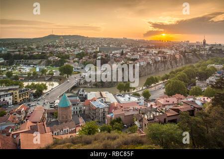La Géorgie, Tbilissi, high angle city skyline, sunrise Photo Stock