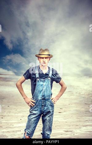 Jeune homme de hat standing et posant à la mer Photo Stock