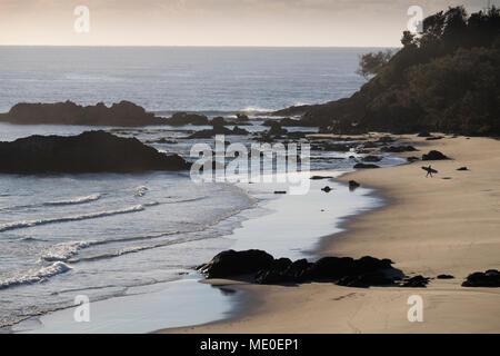 Vue panoramique de silhouette de surfeur sur plage à Port Macquarie en Nouvelle Galles du Sud, Australie Photo Stock