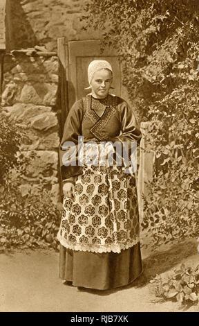 Femme bretonne en costume traditionnel à Douarnenez, Bretagne, Nord de la France. Elle est vêtue de son meilleur dimanche - au cours de la semaine, elle travaille à la sardinerie locale. Photo Stock