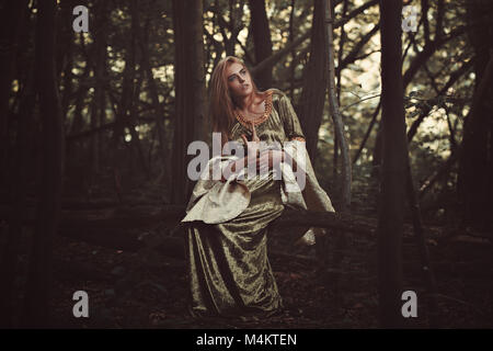 Belle Dame elfe dans la forêt magique. Fantasy shot Photo Stock