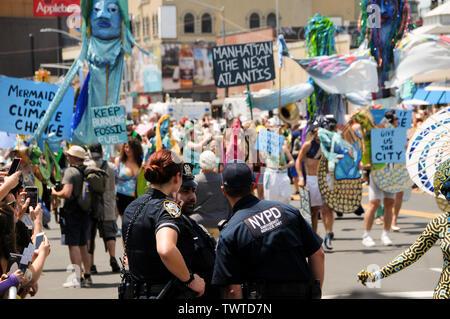 Les policiers regardent les gens participent au cours de l'événement.La 37e parade annuelle de sirène a eu lieu à Coney Island, à New York. C'est la plus grande parade de l'art aux Etats-Unis et l'un des plus grands de la ville de New York les évènements de l'été. Photo Stock