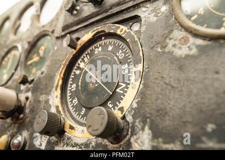 Vieux cadrans de pilotage d'un avion de la DEUXIÈME GUERRE MONDIALE Photo Stock