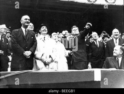 Le président américain John F. Kennedy lance la première balle de cérémonie lors d'un Photo Stock