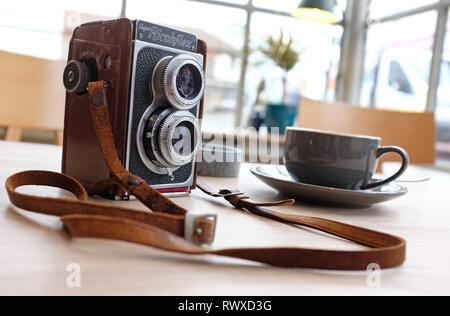 Retro Vintage camera sur table en intérieur cafe Photo Stock