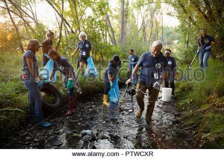 Bénévoles, le nettoyage des ordures dans le ruisseau Photo Stock
