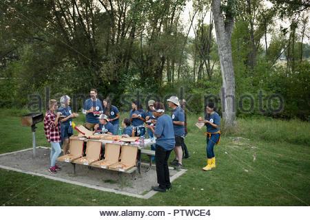 Les bénévoles bénéficiant dans pizza park Photo Stock