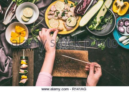 Portrait d'une personne qui prépare la nourriture sur une table Photo Stock