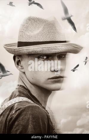 Portrait de jeune garçon au chapeau de paille Photo Stock