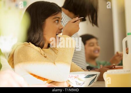 Girl eating céréales petit déjeuner Photo Stock