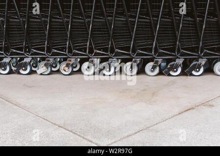 Les chariots de supermarché, trollies empilés. Photo Stock