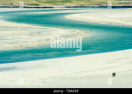Couple en train de marcher sur la plage, la plage de Seilebost Ouest, Harris, Hébrides, Ecosse Photo Stock