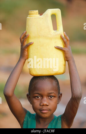 Aller chercher de l'eau à Mulago, Kampala, Ouganda, Afrique du Sud Photo Stock