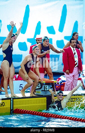 Team USA women's 4x100m relais célébrer l'équipe remportant la médaille d'or et de briser le record du monde aux Jeux d'été jeux olympiques de 1992 à Barcelone en Espagne. L-R ange Martino, Nicole Haislett, Dara Torres, Jenny Thompson Photo Stock