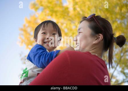 Une mère tenant son fils, portrait Photo Stock