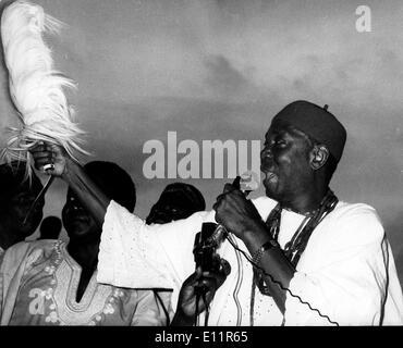 Oct 02, 1979; Lagos, Nigéria; Le Nigeria est revenu à un régime civil hier, après 13 ans. Environ 70 000 personnes le coincé place Tafawa Belwa à Lagos pour encourager l'inauguration du président civil Alhaji Shehu Shagari. La photo montre le Dr, Nnamdi Azikiwe l'ancien président du Nigeria's première république, et leader du Parti du peuple nigérian. Photo Stock