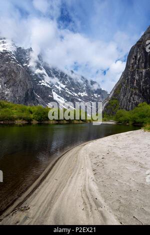 Printemps, Rivière, montagnes, Plage, Forêt, Romsdal, Norvège, Europe Photo Stock