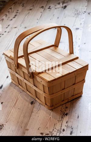 High angle close up de panier pique-nique en bois sur un plancher en bois. Photo Stock