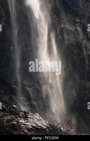 La belle cascade dans Gravdefossen la vallée de Romsdalen, Møre og Romsdal (Norvège). Photo Stock