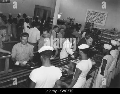Amérique Afrique hommes enrôlés dans Mess Hall desservant les blancs d'abord à Hastings, Photo Stock
