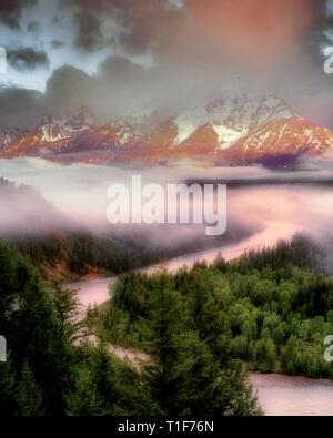 Snake River et Teton Mountains avec de gros nuages et de la lumière du matin. Teton National Park, Wyoming. Photo Stock