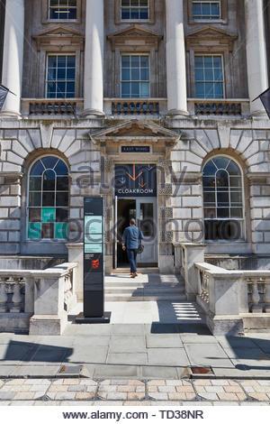 Signe de porte et visiteur. Design Biennale 2018 de Londres, Londres, Royaume-Uni. Architecte: Divers , 2019. Photo Stock