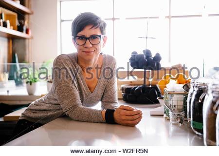 Confident female portrait propriétaire cafe Photo Stock