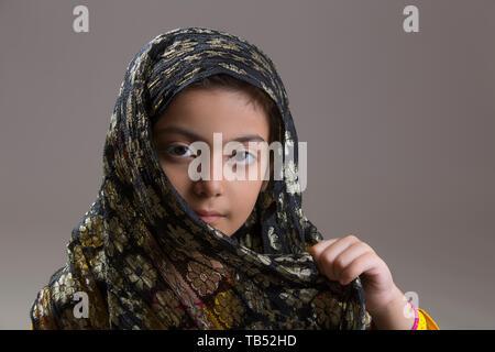 Jeune musulmane avec hijab noir Photo Stock