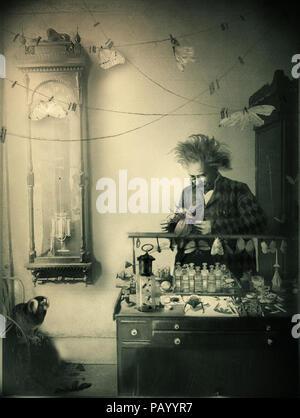 Vieux scientifique fou dans son studio de travail Photo Stock