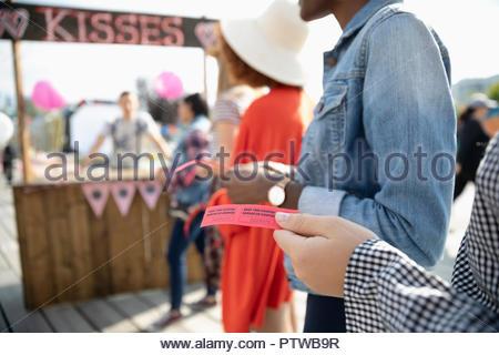 Les gens avec des billets à kissing booth Photo Stock