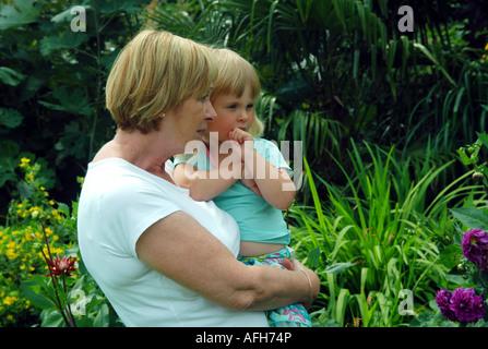 Femme mature avec sa petite-fille en jardin Photo Stock