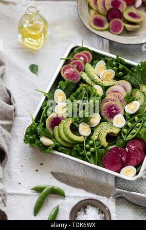 Salade verte servi dans un plateau sur la table Photo Stock