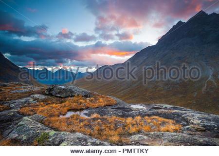 La vallée de Romsdalen, la Norvège, le 19 septembre, 2018. Matin d'automne dans Romsdalen, Møre og Romsdal (Norvège). Le pic dans le coin supérieur droit est Vengetind Store. Credit: Oyvind Martinsen/ Alamy Live News Photo Stock