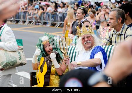 Nora et Arlo Guthrie dressed in costumes lors de l'événement.La 37e parade annuelle de sirène a eu lieu à Coney Island, à New York. C'est la plus grande parade de l'art aux Etats-Unis et l'un des plus grands de la ville de New York les évènements de l'été. Photo Stock