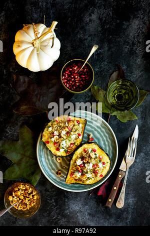 Courge poivrée farcie de quinoa Photo Stock