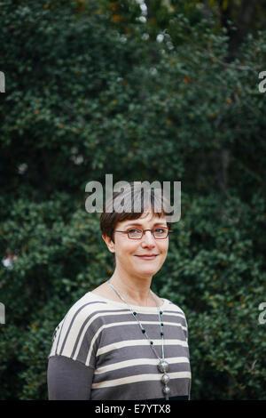 Arrière-plan de femme contre le feuillage des arbres Photo Stock