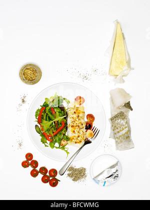 Le maquereau et salade, un repas léger adapté pour la perte de poids, avec des ingrédients Photo Stock