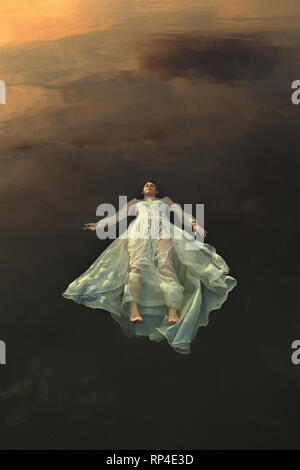 Mariée morte flottant dans les eaux du lac noir Photo Stock