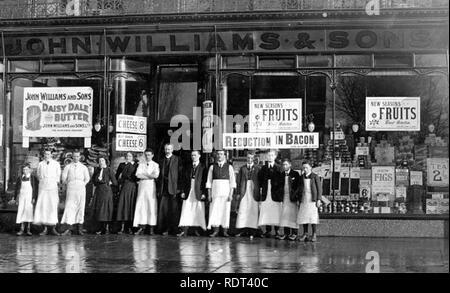 Épicerie édouardienne fiers propriétaires et le personnel de John Williams & Sons épicerie à 50-52 Burton Road, West Disbury,près de Manchester, vers 1912 Photo Stock